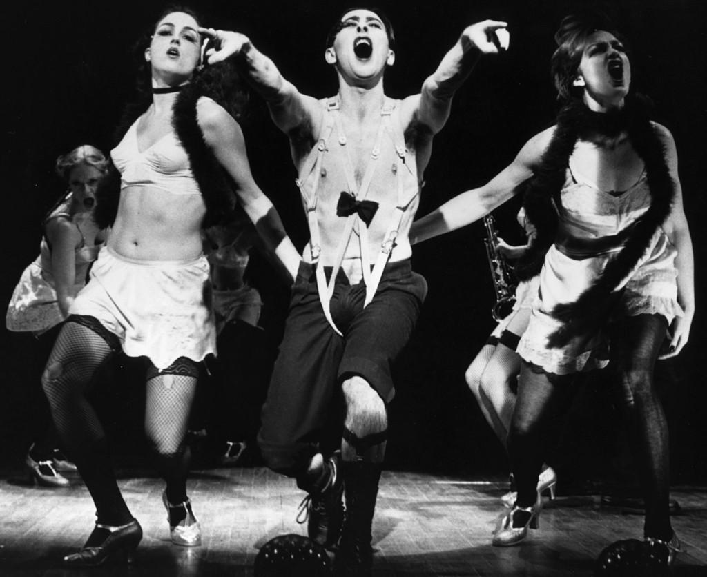 """Photo of Conheça o novo elenco de """"Cabaret"""" na Broadway, liderado por Alan Cumming e Michelle Wiliamns"""