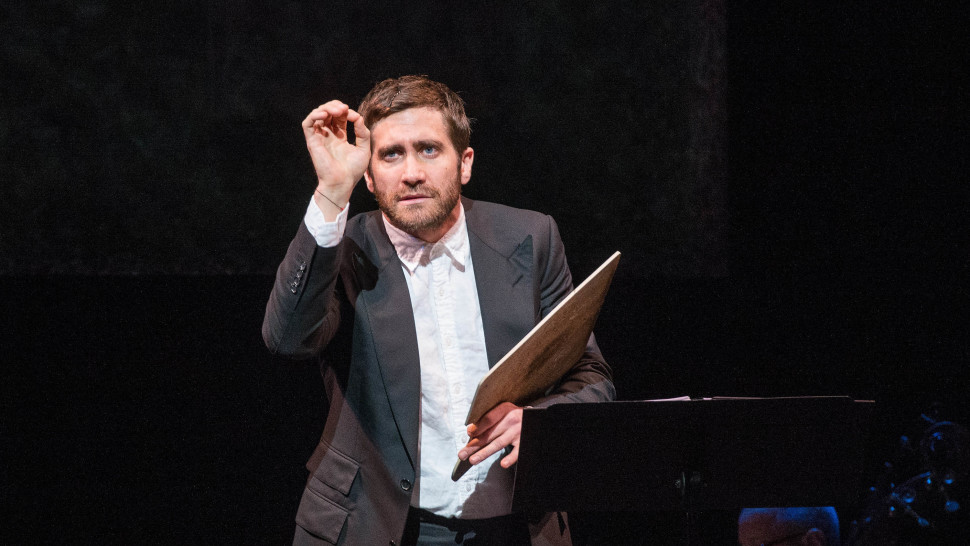 "Photo of Jake Gyllenhaal estrela musical ""Sunday in the park with George"", de Sondheim"
