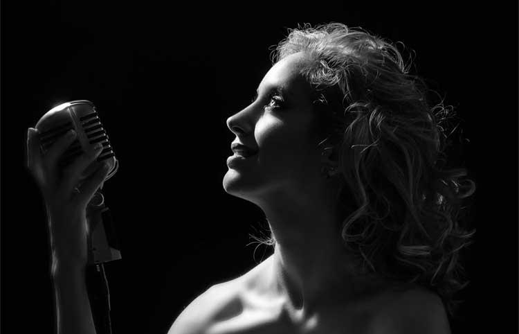 "Photo of Kiara Sasso estreia seu primeiro show solo, ""Silhuetas"""