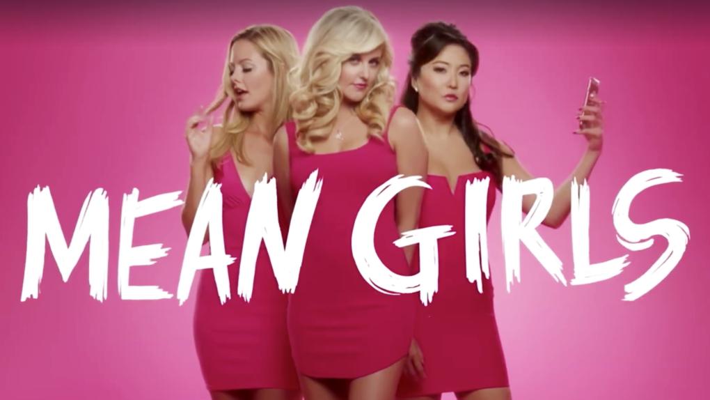 """Photo of Veja o primeiro teaser da versão musical de """"Mean Girls"""""""