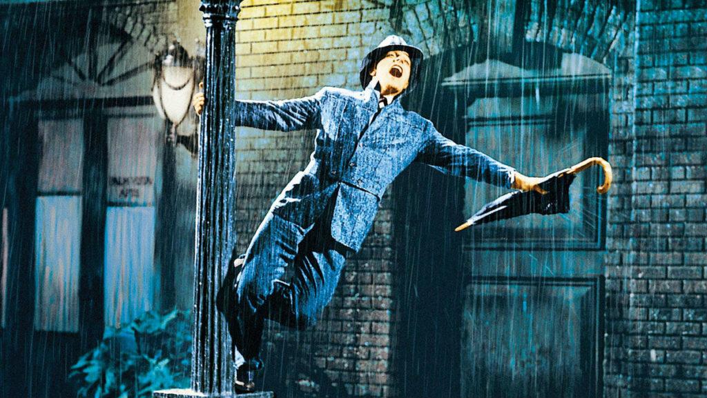 Ator cantando debaixo de uma chuva